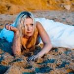 mariée sur le sable au coucher du soleil — Photo