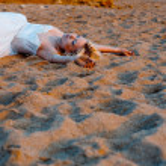 novia tumbado en la arena — Foto de Stock