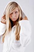 Dziewczyna sobie biały bluza z kapturem — Zdjęcie stockowe
