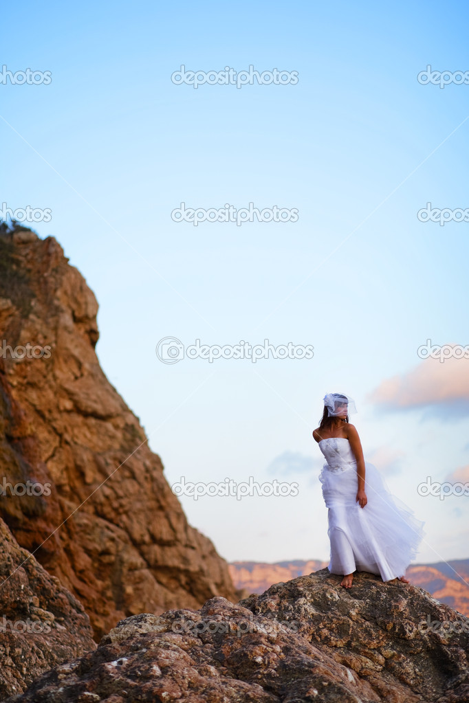 Bride in fashion wedding dress posing on mountain over sea — Stock Photo #1241092