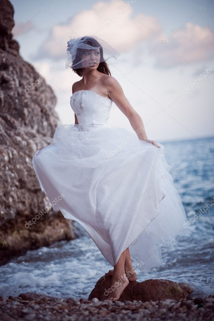 Bride in fashion wedding dress posing at beach — Stock Photo #1241190