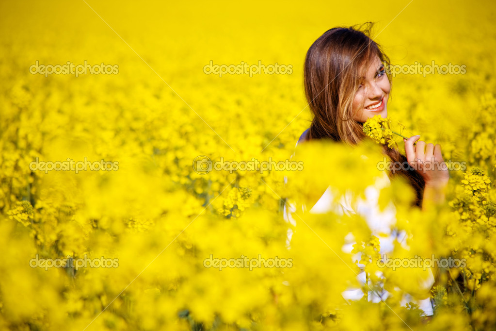 Yung nice woman going away and looking back — Stock Photo #1247082