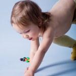 kluk holka dosažení malé kuličky — Stock fotografie