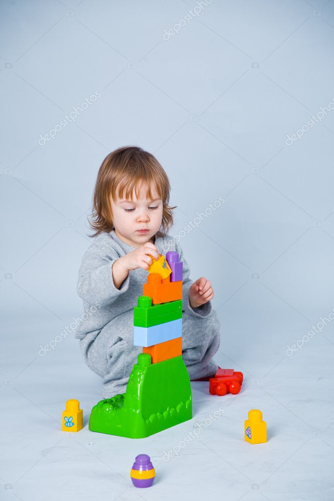 Baby girl playing with colorful kid constructor bricks — Stock fotografie #1252033