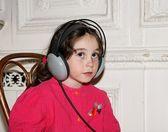 Sevimli küçük kız müzik dinliyor — Stok fotoğraf