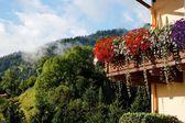 Domków alpejskich balkon z kwiatami — Zdjęcie stockowe