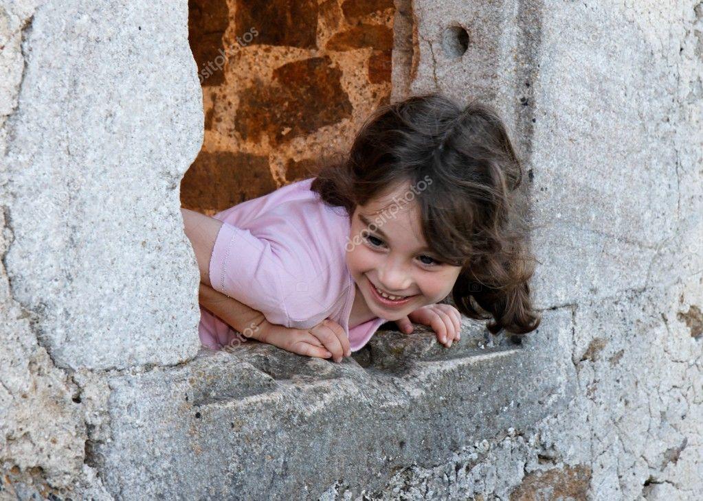 Jeune fille souriante se penche sur la fen tre du ch teau for Fille a la fenetre