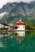 St. Batholomew Church on Alpine lake — Stock Photo