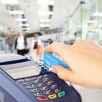 mano humana con tarjeta plástica en payme — Foto de Stock