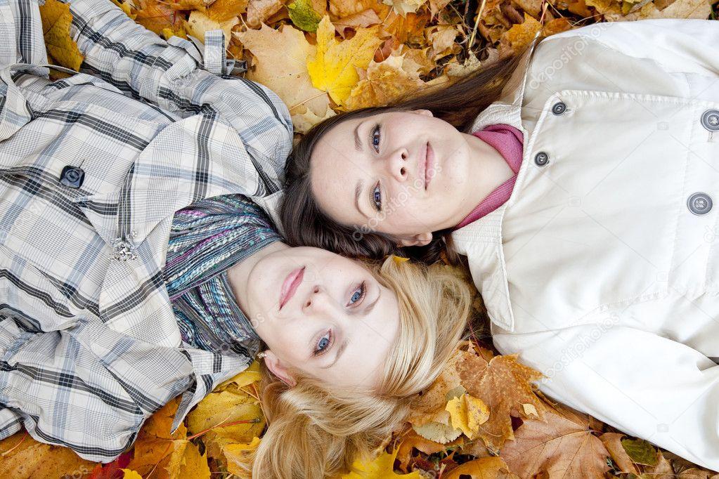 Лежать в листьях фото 758-753