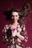 Mulher com flor rosa — Fotografia Stock
