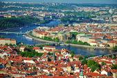 Pohled na město a řeku vltavu v praze — Stock fotografie