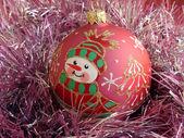 Vánoční koule s sněhová koule — Stock fotografie