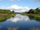 Le nuvole riflettute nell'acqua — Foto Stock