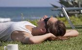 Mujer relajante en la playa — Foto de Stock