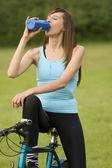 Frau Trinkwasser — Stockfoto
