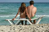 Romantyczna para na plaży — Zdjęcie stockowe