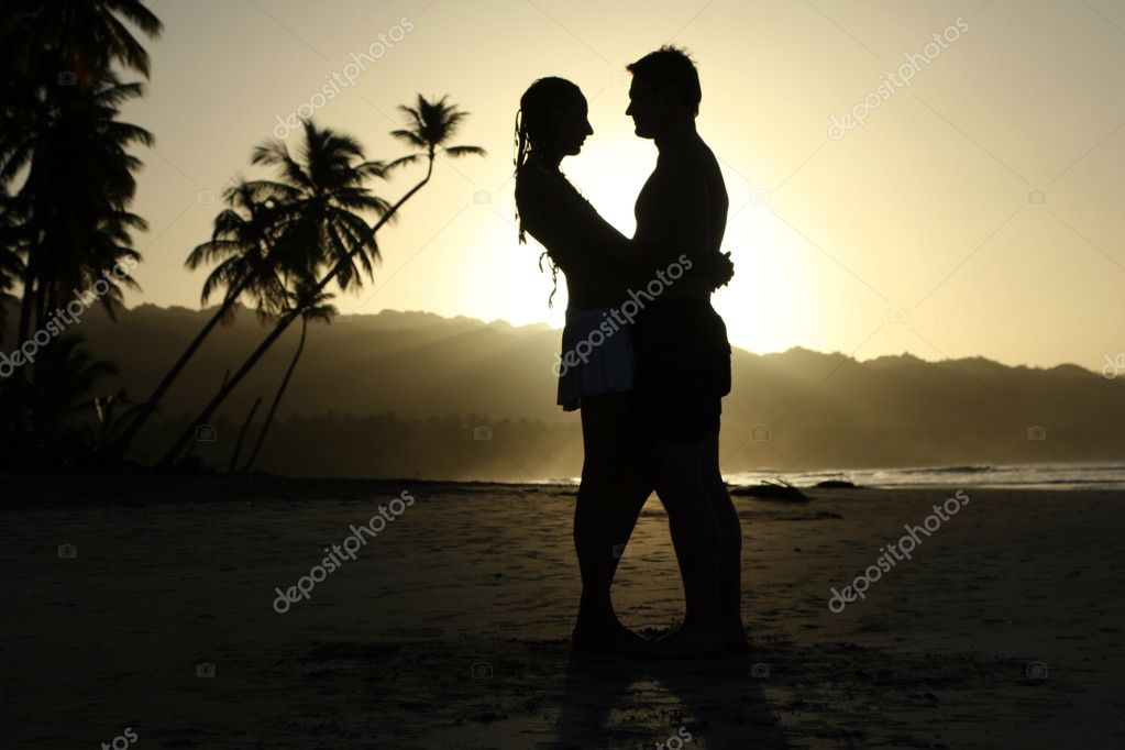 Silhouette couple at the beach by sunset — Stock Photo #1177826