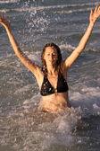 Frau plantschen im Ozean — Stockfoto
