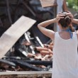 Woman in front of burned out house - Foto de Stock