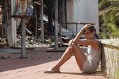 悲伤的女人和出被烧毁的房子 — 图库照片