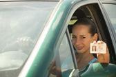 女人持有驾驶执照 — 图库照片