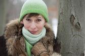 Kobieta przez drzewa — Zdjęcie stockowe