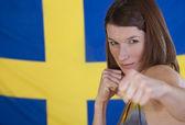 Mujer peleando bandera de suecia — Foto de Stock