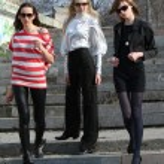 Three women on the stairs — Stock Photo