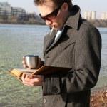 Man reading book and smoking — Stock Photo