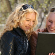Women with laptop in park — Stockfoto