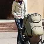 moeder met kinderwagen — Stockfoto