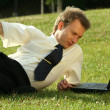 Man with laptop working outdoor — Stockfoto