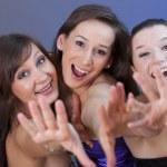 niñas felices fanáticas en club nocturno — Foto de Stock