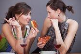 妇女与汽酒和比萨饼 — 图库照片