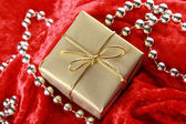 Pequena caixa festiva dourada — Fotografia Stock