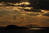 Lumineuse spectaculaire coucher de soleil en mer adriatique — Photo