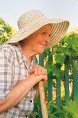 Vieille femme qui travaillait dans le jardin — Photo