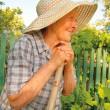 gamla kvinnan arbetar i trädgården — Stockfoto