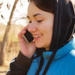 kobieta rozmawia przez telefon na zewnątrz — Zdjęcie stockowe