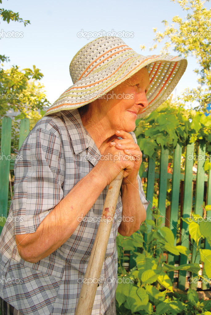 Old woman in hat working in the garden — Stok fotoğraf #2040008