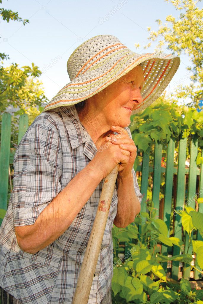Old woman in hat working in the garden — Foto Stock #2040008