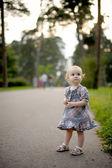 Petite fille sur l'allée du parc — Photo
