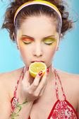 漂亮的女孩尝柠檬 — 图库照片