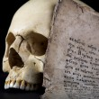 Foto Stock: Cranium and old manuscript