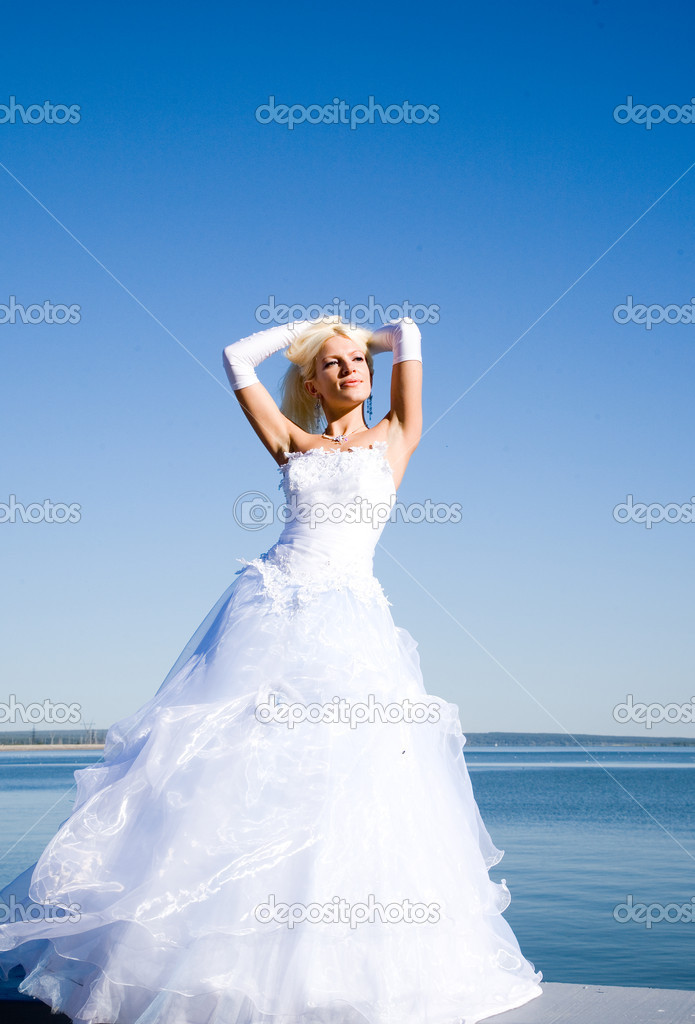 Happy bride on the beach — Foto Stock #1463069