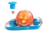 Rode appel met centimeter — Stockfoto