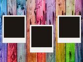 Kleurrijke houten hek met drie lege p — Stockfoto