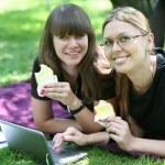 due giovane imprenditrice con portatile — Foto Stock