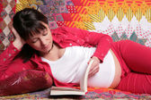 Expectant mother reads book — Stock Photo
